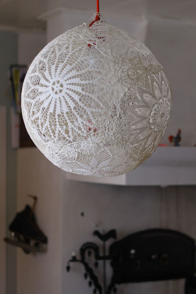 tutorial make lamp out of doilies diy g r lampa av virkade dukar dos family. Black Bedroom Furniture Sets. Home Design Ideas